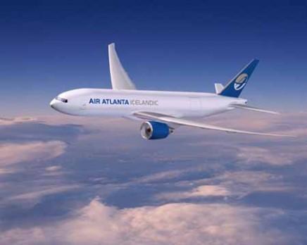 Viaje de un niño en avión acompañado de una azafata