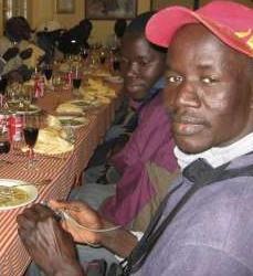 los inmigrantes de lepe cenan en navidad gracias a patrocinio