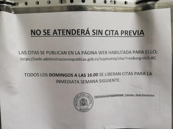 AVISOS COLGADOS EN LA SEDE DEL REGISTRO CIVIL CENTRAL